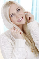 Hübsche Frau mit Pullover close up