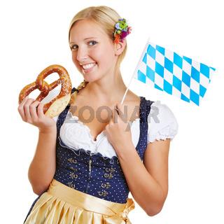 Frau mit Brezel und bayerischer Flagge