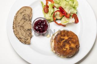 panierter Camembert mit Salat
