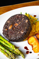 Black pudding with green asparagus and fried apple