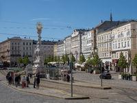 Hauptplatz mit Dreifaltigkeitssäule und Straßenbahnhaltestelle - Linz