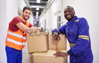 Zwei Männer bei Ausbildung zum Lagerarbeiter in Fabrik