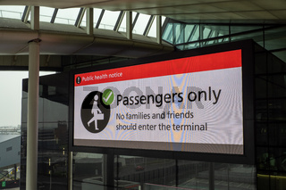 Corona Warnhinweis am Flughafen London Heathrow - Passengers Only