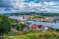 Blick vom Aussichtspunkt Uranienborg auf die Stadt Mandal in Norwegen