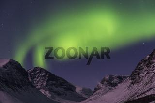 Nordlicht (Aurora borealis) ueber monderhellten Bergen im Tal Vistasdalen (Vistasvággi), Kebnekaisefjaell, Lappland