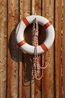 Rettungsring an einer Holzwand