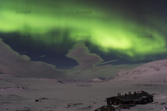 Nordlicht (Aurora borealis) ueber monderhellten Bergen am Weitwanderweg Kungsleden, Alesjaure, Lappland