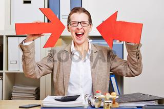 Frau im Büro zeigt mit Pfeilen auf sich
