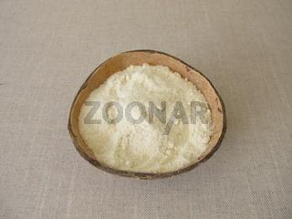 Kokosmehl in der Kokosnussschale, Mehl von der Kokosnuss
