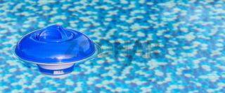 Schwimmdosierer im Swimmingpool, Bannerformat