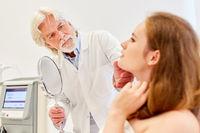Hautarzt und Patientin bei Beratung in der Arztpraxis