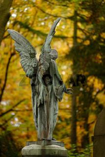 Engel in einem herbstlichen Waldfriedhof