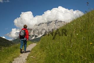 Wanderer im Wandergebiet Ehrwalder Becken