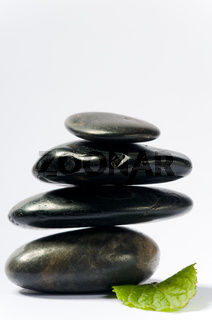 spa steine mit grünem blatt