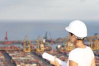 Ingenieurin schaut auf Hafen