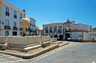 Renaissancebrunnen am Largo das Portas de Moura