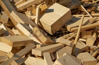 Holz auf dem Lagerplatz für die Verarbeitung in einem Pelletwerk