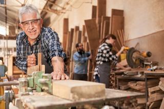 Handwerker als Meister beim Holz hobeln