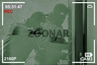 Überwachungskamera nimmt Einbrecher an einer Tür auf