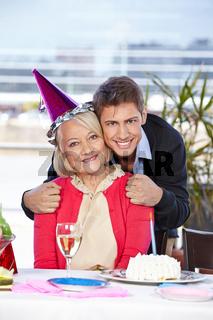 Mann feiert Geburtstag mit seiner Mutter