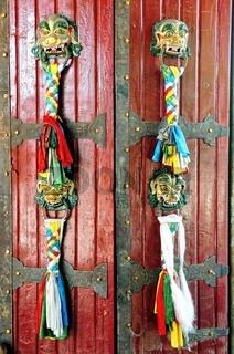 Gebetsfahnen an der Tür