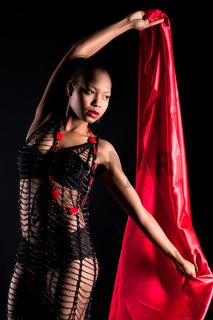 Schoene farbige junge Frau in schwarzen Dessous