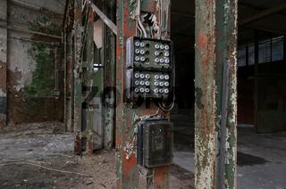 Fabrikhalle mit Sicherungskasten