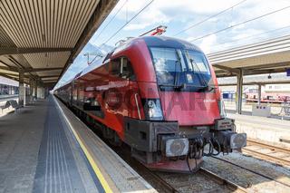 ÖBB RailJet Zug Lokomotive Bahnhof Innsbruck Hauptbahnhof in Österreich Österreichische Bundesbahnen
