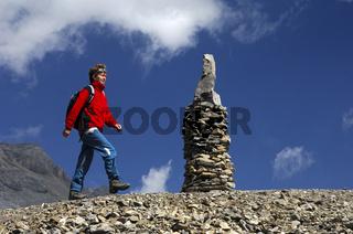 Wanderer passiert ein Steinmännchen,Wallis,Schweiz