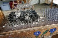 altes Handwerk -  Hechel genanntes Werkzeug zur Leinenfertigung auf dem Handwerkermarkt in Kommern