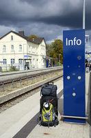 Reisegepäck am Bahnsteig eines ländlichen Bahnhofs