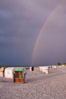 Regenbogen und Strandkörbe am Strand