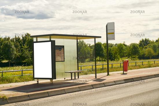 Bushaltestelle auf Dorf mit City Light Poster Mock-Up
