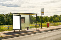 Bushaltestelle auf Dorf mit City Light Poster Mock-Up