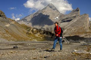 Wanderer auf der Hochebene Lämmerboden beim Gemmipass