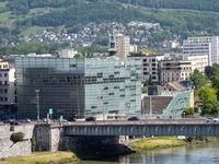 Nibelungenbrücke und Ars Electronica Center am Urfahr-Ufer der Donau aus Sicht des Schlosscafés
