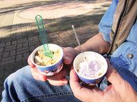 Eis essen im Sommer
