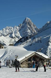 Skifahrer und Tagestouristen am Bergrestaurant La Bergerie Planpraz