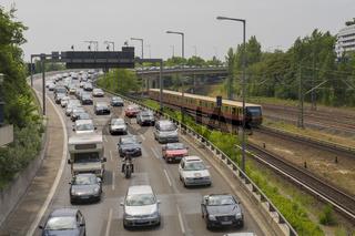 Stau auf der Stadtautobahn und eine S-Bahn, Berlin