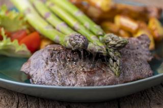 Spargel auf gegrilltem Steak mit Pommes