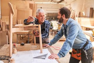 Senior Handwerker arbeitet an einem Stuhl