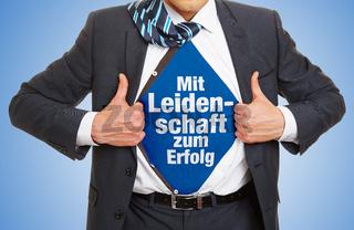 Mann im Anzug trägt Slogan Mit Leidenschaft zum Erfolg