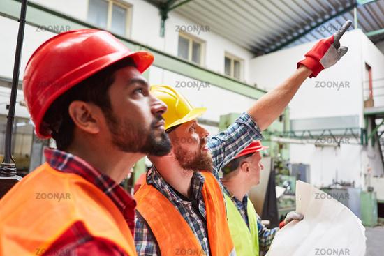 Bauarbeiter Team in der Lagerhalle einer Fabrik