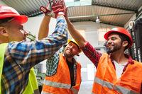 Industrie Arbeiter begrüßen sich mit High Five