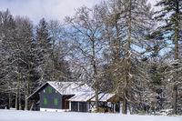 Kleines Haus im Winterwald