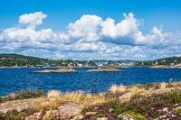Blick von der Insel Merdø auf die Stadt Arendal in Norwegen