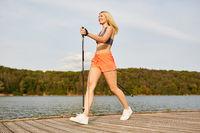 Frau beim Nordic Walking trainiert ihre Ausdauer