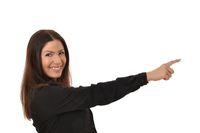 Frau zeigt mit einem Finger auf einen Hinweis