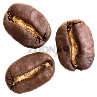 drei Espressobohnen vor weißem Hintergrund