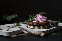 Kanapee mit Rote Bete Frischkäsecreme und Kräutern